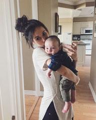 産後の女性の赤ちゃん抱っこ