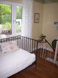 Parkett Kirschbaum 3-Stab mit weiß lackierter Holz-Sockelleiste.