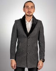 stylischer und modischer Mantel für Herren mit künstlichem Pels in Slim Fit; Trenchcoat; Trendy; stilvoll; Model für Herren; Boss; Armani; Anzüge