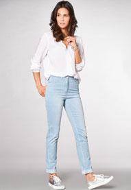 Associez le jean à un petit chemisier ainsi que des baskets pour un look sportwear (Toni)