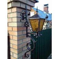 уличный кованый настенный фонарь