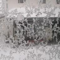 窓の外は雪が凍ります