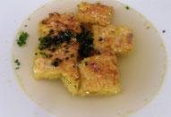 Klare Suppe mit Kürbisschöberl-Einlage
