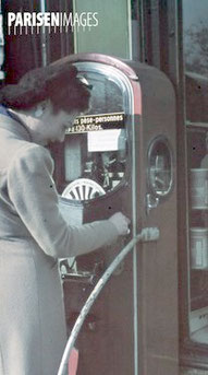 Femme se pesant sur un pèse-personnes (au pluriel) durant l'occupation