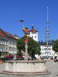 Lindlbrunnen, Maibaum, Jacklturm: Der Traunsteiner Stadtplatz