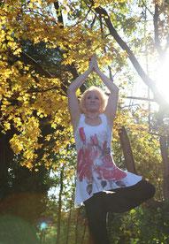 #yogaeverywhere - Yoga Pose Vrikshasana - Der Baum - Yoga im Herbst im wunderschönen Park von Schloss Blutenburg in München - Copyright Tanja Schöffmann Yogalehrerin Samastah Yoga