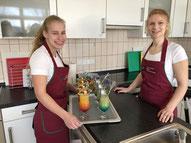 Christine Holm (18) und Julia Makoben (22) servieren die fertigen Cocktails (v. li.).