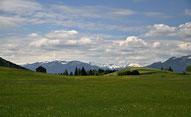 Idyllische Berglandschaft im Allgäu auf dem Radfernweg vom Bodensee zum Königssee