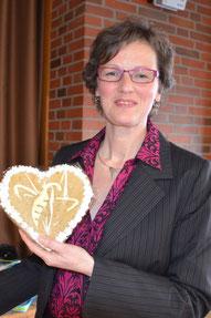 Vorsitzende Andrea Beckdorf mit selbstgebackener Biene