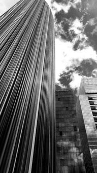 Immeuble de bureaux. Photo noir et blanc.