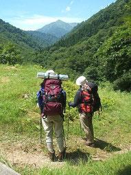 朝日鉱泉前の登山口から主峰大朝日岳を望む