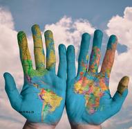 Hände mit Weltkarte