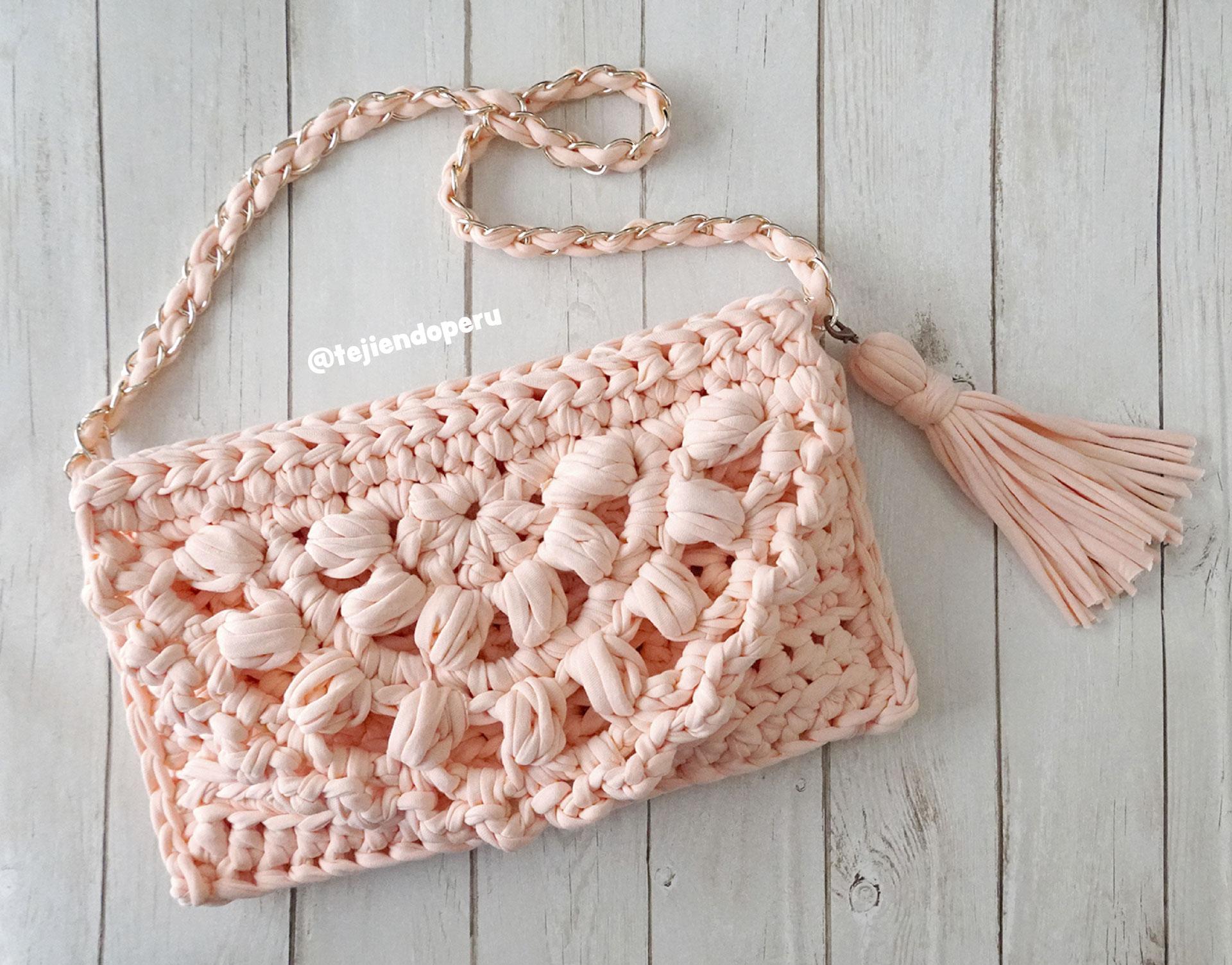 vendido en todo el mundo gran selección de distribuidor mayorista Bolso clutch de una pieza tejido en trapillo o totora con crochet ...