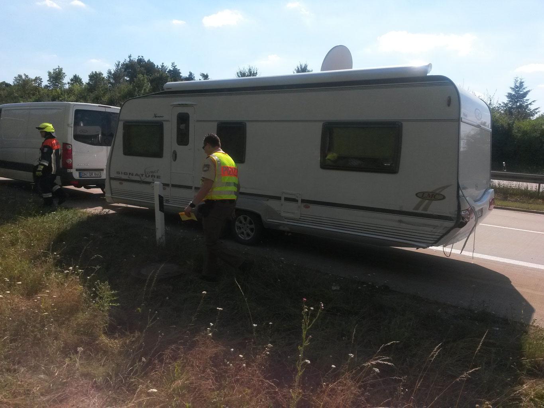 unfall mit wohnwagen auf der a7  feuerwehr wörnitz