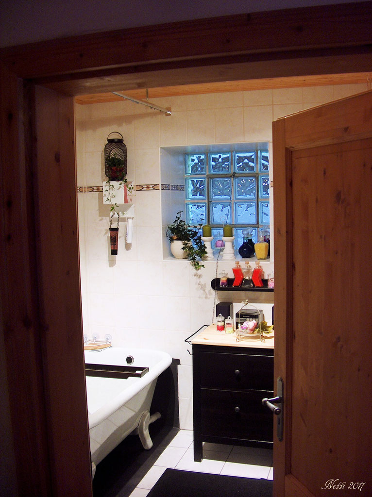 Badezimmer mit Wanne & WC - haus-am-klostergartens Webseite!
