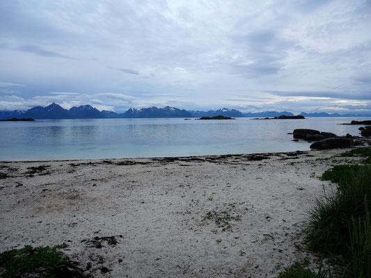 Strand von Taen mit Blick auf die Lofoten