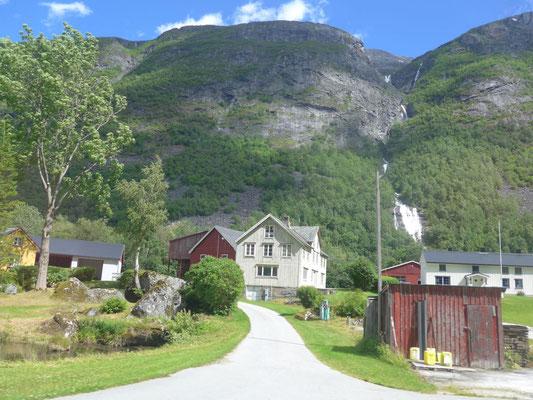 Nette Straße im Eikesdal