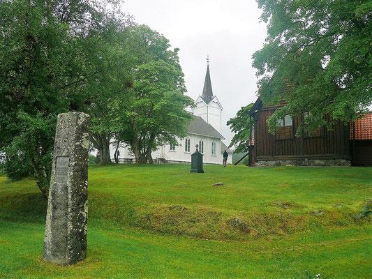 Kvernes, rechts die Stabkirche
