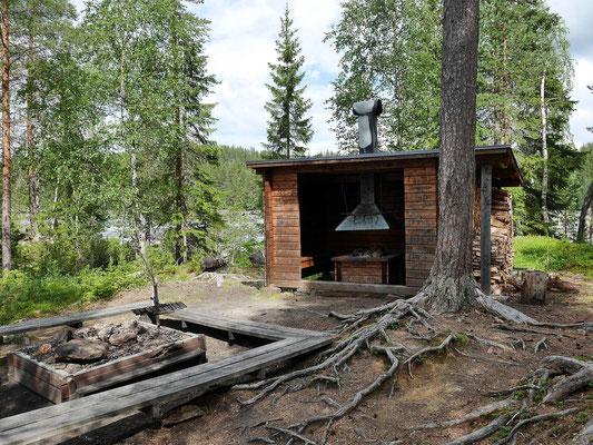 Grillhütte mit Feuerplatz und Holzvorrat