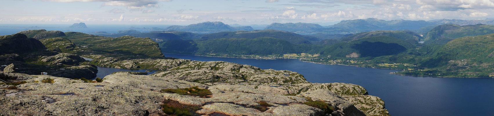 Blick über den Afjord, ganz hinten der Norskehesten auf Alden