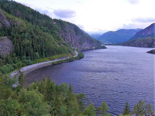 Engstelle am Ufer, die Straße führte hier im 19.Jhdt steil nach oben und erst in Vang wieder zum See