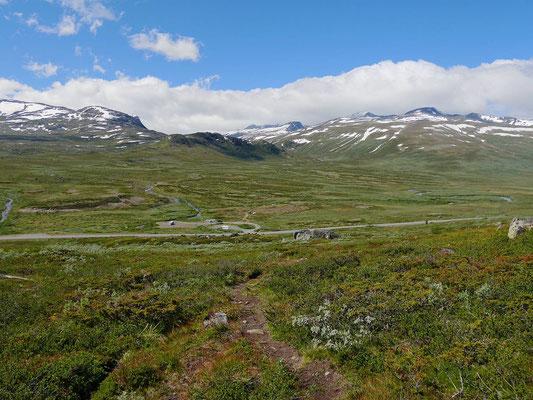 Start mit dem Aufstieg auf den Felsrücken, unten ist der Parkplatz mit unserem Womo