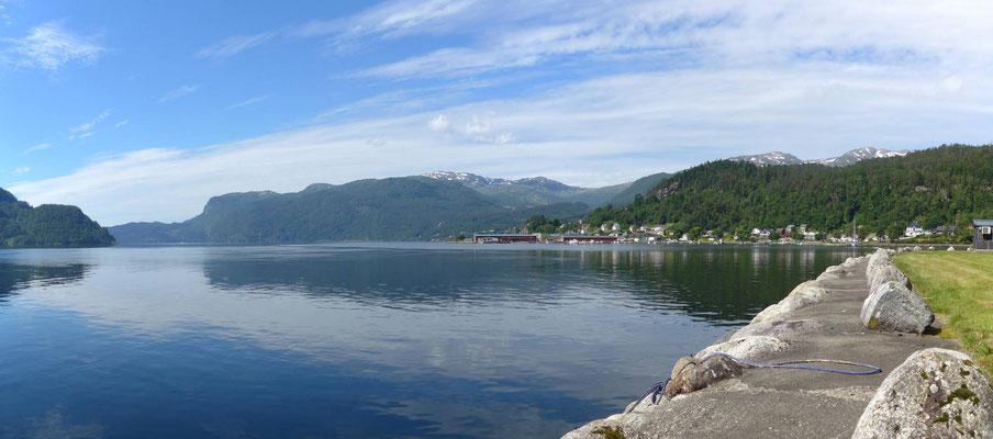 Blick über den Fjord in Sauda