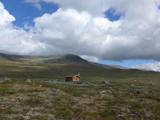 Der See ist aus dieser Perspektive nicht erkennbar, die Hütte liegt aber direkt dran