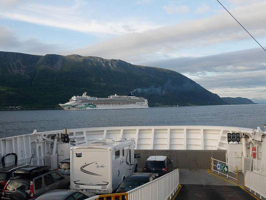 Fähre von Hareid aufs Festland, Kreuzfahrtschiff