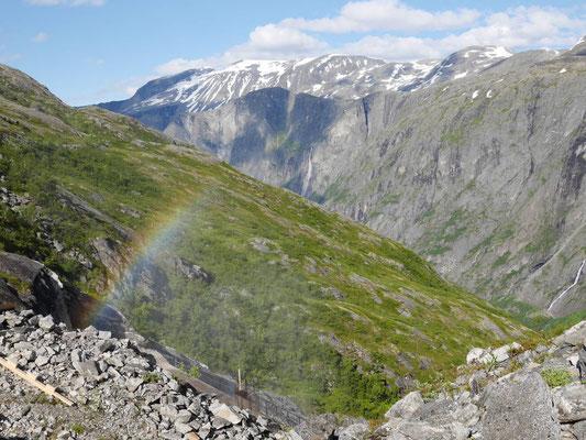 Regenbogen an einem Wasserfall