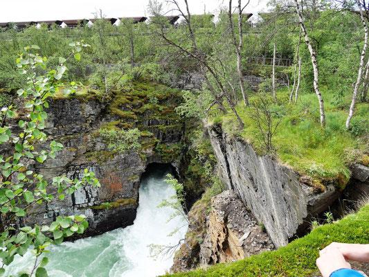 Die Erzbahn Kiruna-Narvik im Hintergrund