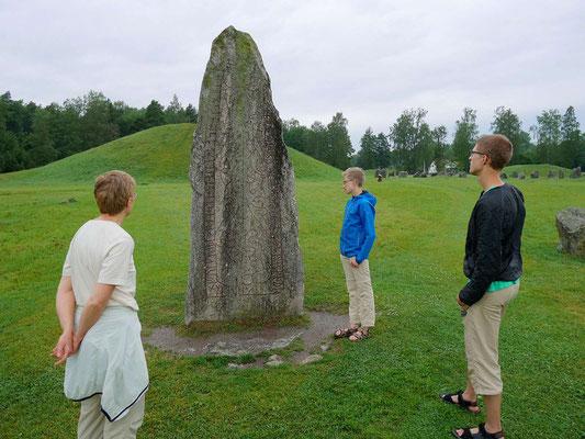 """Runenstein """"Folkvid errichtete all diese Steine in Gedenken an seinen Sohn Heden, den Bruder Anunds. Vred schlug die Runen""""."""