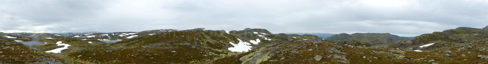Panorama vom Sattel aus, man könnte über verschiedne Hütten das ganze Fjel durchqueren