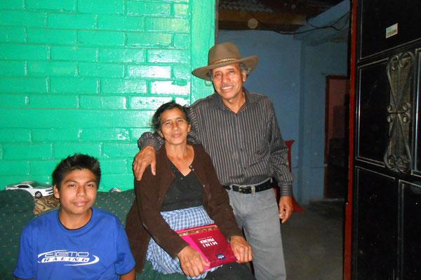 """Galindo, """"Mama Linda"""", Genaro mit seinem Gastgeschenk - einem neuen Hut"""