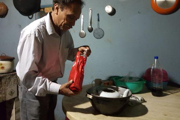 Genaro beim Kaffee zu bereiten
