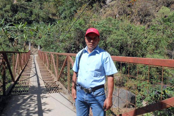 Rufino auf der Brücke zu Agapito. Die Brücke hat ganz schön gewackelt...eigentlich nix für mich.