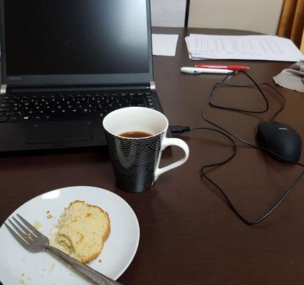 Kaffee und Kuchen und ein perfekter Arbeitsplatz!