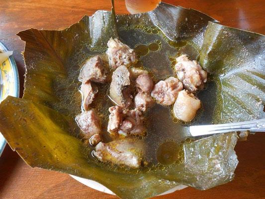 Hühnerinnereien in Brühe im Bananenblatt
