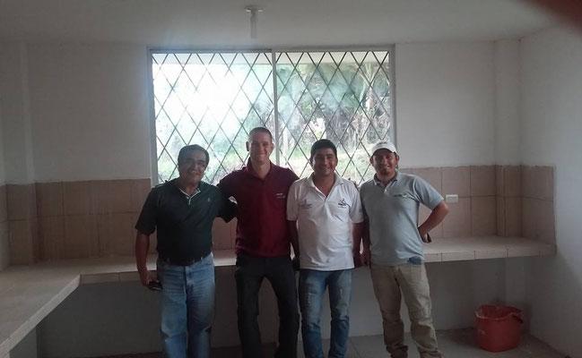 Victor Hugo Zarate, pingo, Franklin Wilfrido Abad Rosillo, Vicente Troya im neuen Cuppinglabor im neuen Verarbeitungszentrum der Acrim Zumba