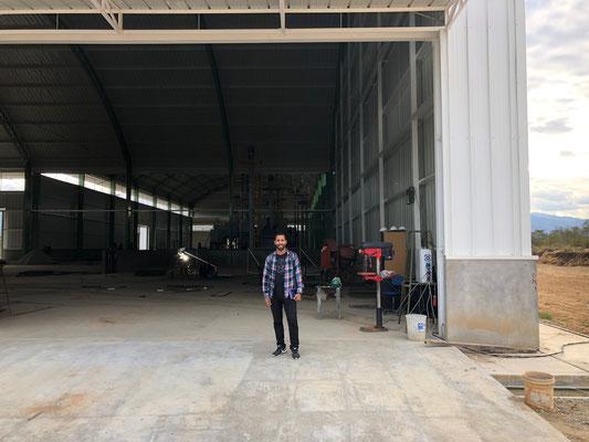Julio vor der neuen Verarbeitungsanlage