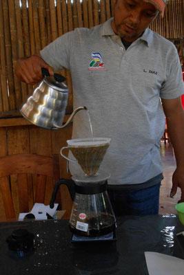 Lennon beim Kaffee machen