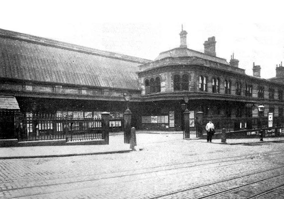 The 1871 Snow Hill station's yard and parcels offices fronting Snow Hill in 1905.  (Colmore Row up the hill on the left.) Image from Mike Musson's Warwickshire Railways website