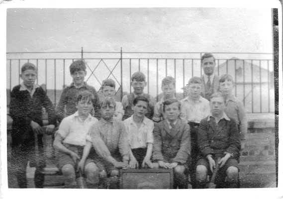 Gunter cricket team 1930s. Les Rossiter is the boy 3rd from the right on the back row.