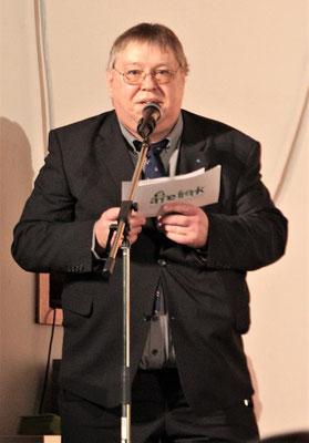Schulleiter Ernst-G. Carstensen hält die Festrede.