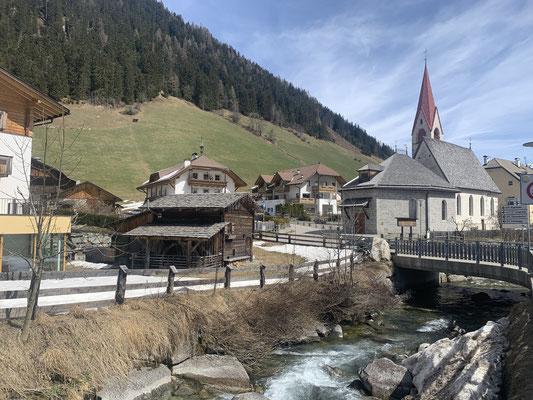 Start- und Zielpunkt vom Bewegungsweg: Dorfzentrum Weißenbach mit der Kirche zum Hl. Jakobus d. Älteren
