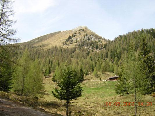 La malga Schönberg e il Monte Schönberg il 8 maggio 2003