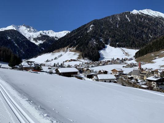 Blick auf Weißenbach von der Langlaufloipe am 8. März 2020