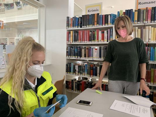 Tamara zeigt Lehrerin Roswitha die korrekte Handhabung der Tests.