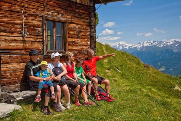 kurze Rast bei der Oberen Kaserle Hütte unterhalb des Schönbergs