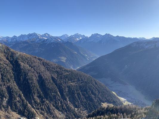 Weißenbach - Blick vom Pischtlinga auf das Dorf am 25. November 2020